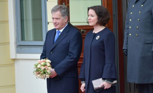 Presidenttipari Linnan ovella.
