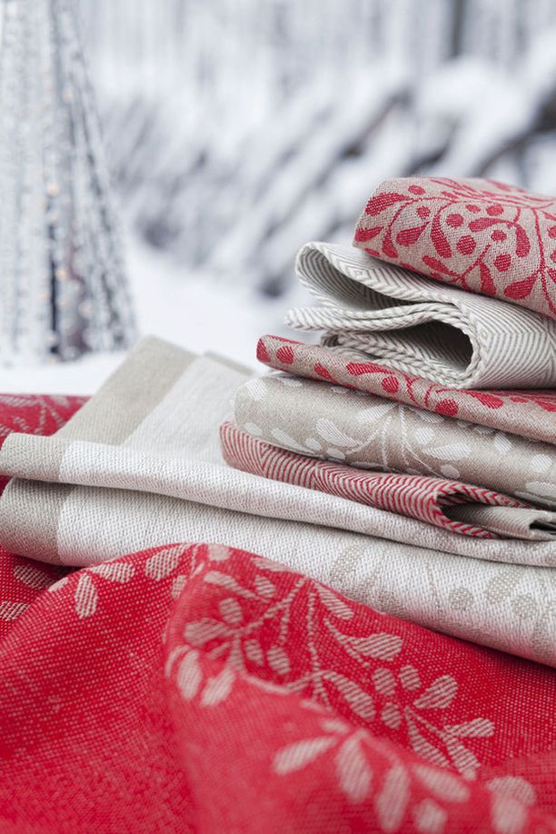 Marja Rautiaisen Lapuan Kankureille suunnittelema pellavainen Misteli-kaitaliina sopii jouluun.