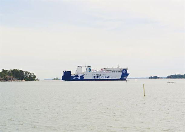 Finbo Cargo kuljettaa rahtia sekä matkustajia Vuosaaren ja Muugan satamien välillä,