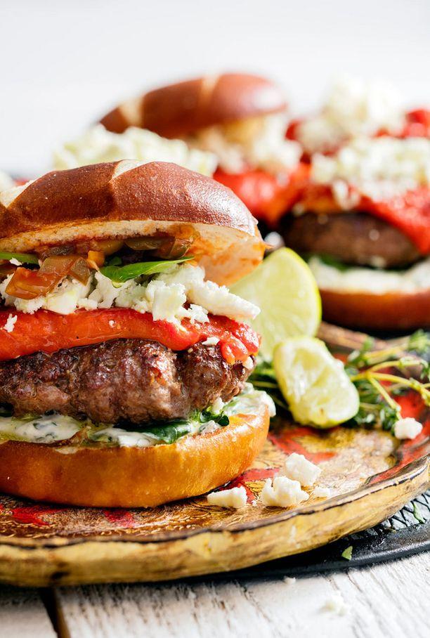 Pihvi ja sämpylä ovat tärkeä osa hampurilaista.