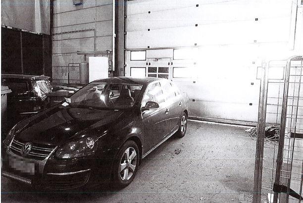 31-vuotiaalta takavarikoitu auto houkutti parivaljakon murtautumaan poliisin takavarikkohalliin.