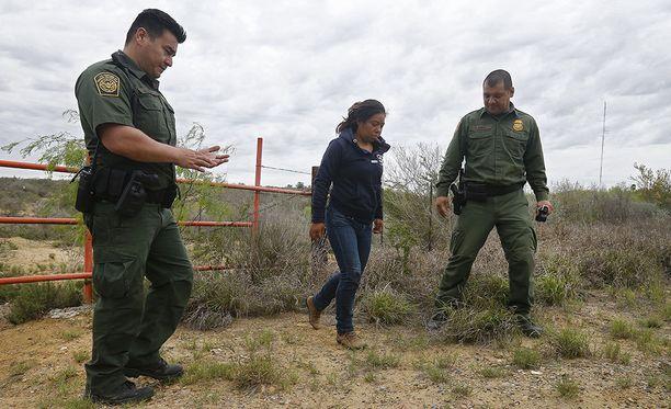 Rajavartijat saattoivat rajajoki Rio Granden ylittämisestä epäiltyä naista maaliskuussa.
