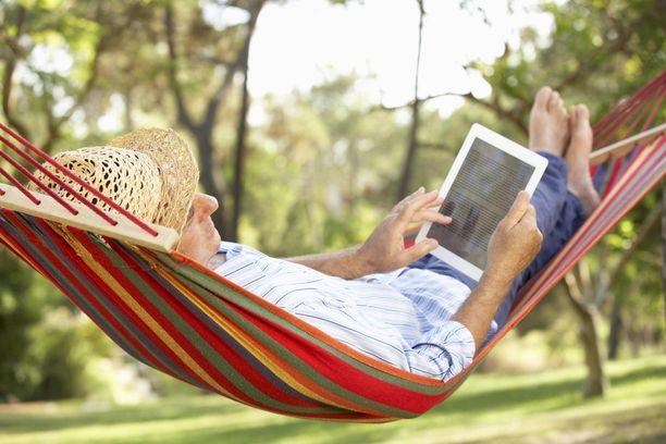 Tutkimuksen tuloksista on havaittavissa, että yli 65-vuotiaat ovat hieman onnellisempia kuin muut. Kuvituskuva.
