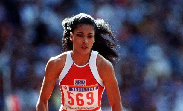 Florence Griffith-Joyner pitää hallussaan naisten 100 metrin maailmanennätystä.