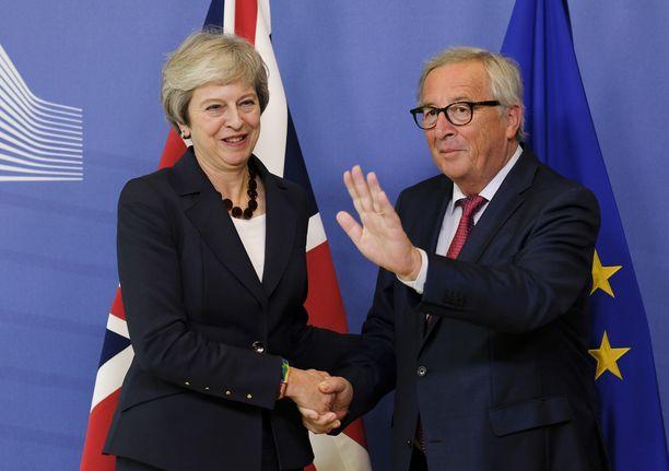 Theresa May ja Jean-Claude Juncker pyrkivät solmimaan sopimusta, jolla vältettäisiin kova brexit.