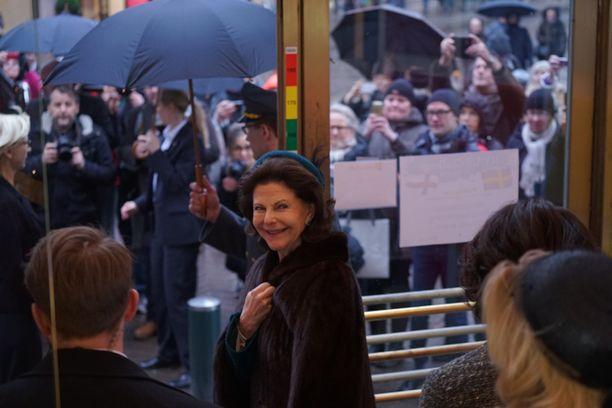 Kuningattaren vierailu helsinkiläisliikkeessä kiinnosti sateisesta säästä huolimatta.