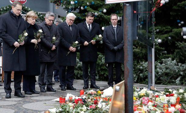 Iskun uhreja muistettiin kukin ja kynttilöin.
