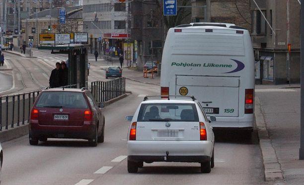 Kamera käräyttää bussikaistalla ajavia Helsingissä.