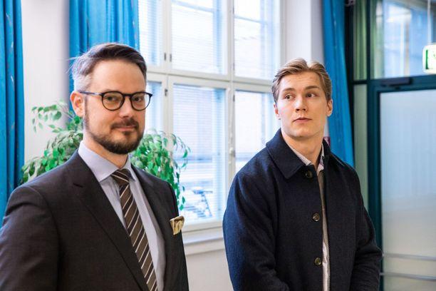 Jääkiekkoilija Sebastian Repo (oik.) ja hänen asianajajansa Tapio Rantala vaativat Tapparan taustalla vaikuttavan Tamhockeyn korvaavan Revolle maksamattomia lomarahoja.