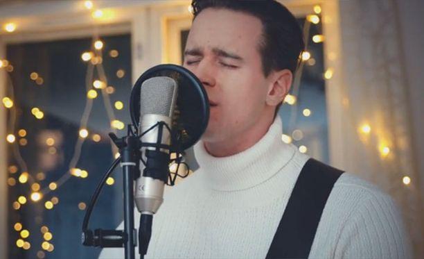 Mikko Harju esittää videolla kappaleen Tulkoon joulu.
