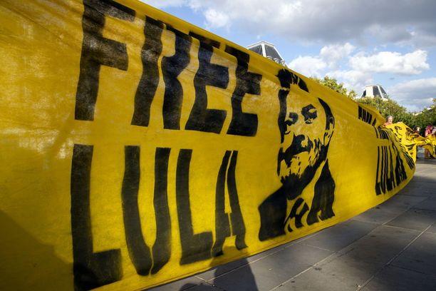 Lulan vapauttamisen kannattajia Pariisissa tiistaina.