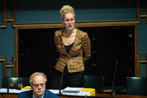 Kansanedustaja Hanna Sarkkinen eduskunnan täysistunnossa lokakuussa 2018. Vieressä SDP:n Lauri Ihalainen.