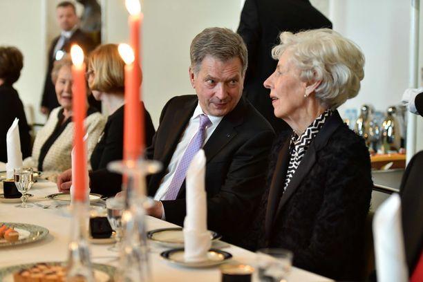 Niinistö keskusteli Valtiosalissa Tellervo Koiviston kanssa.