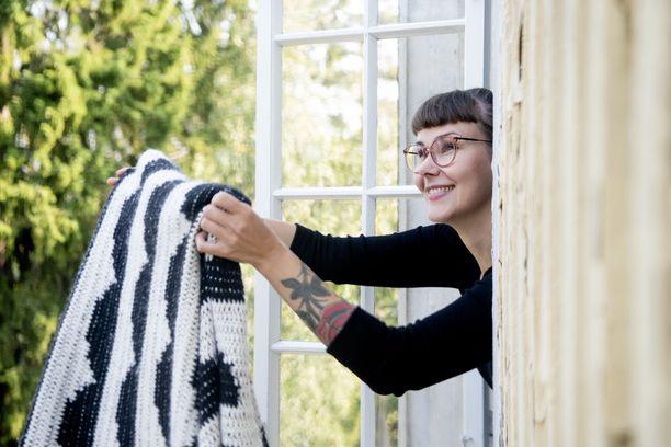 Molla Mills on tehnyt viisi virkkauskirjaa, Virkkuria, joita on käännetty yhdelletoista kielelle. Suuren osan vuodesta hän matkustaa maailmalla Virkkuri-asioisssa kurssittaen ja uusia kontakteja luoden.