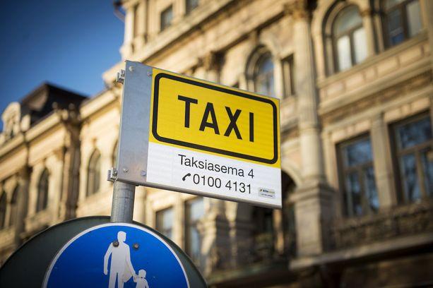 """Taksikuskin mukaan tyypillinen ahdistelija on voimakkaasti päihtynyt """"vähän vanhempi rouva."""""""