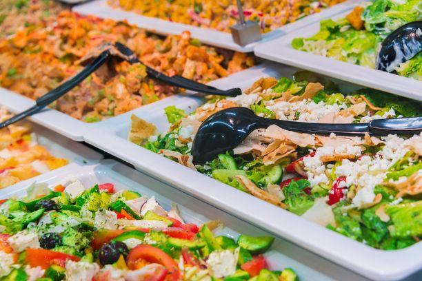 Mies oli kahminut ruokaa suuhunsa, jolloin suuri osa ruuasta meni pilalle. Aterialle tuli hintaa 76 euroa. Kuvituskuva.