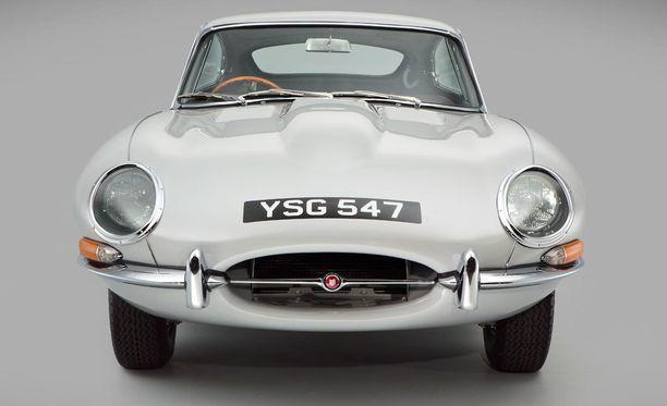 Entisöity Jaguar edestä.