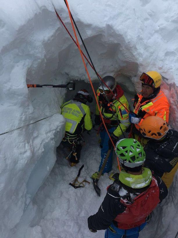 Pojan pelastamiseen osallistui useita ihmisiä.
