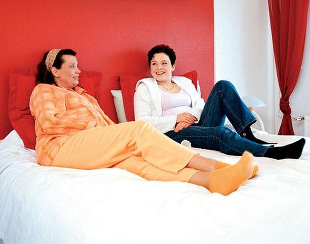 Katjan ja Outin lempipaikka on Katjan makuuhuoneen sänky. Sillä pötkötellessään ystävykset ovat ratkaisseet monta ongelmaa.