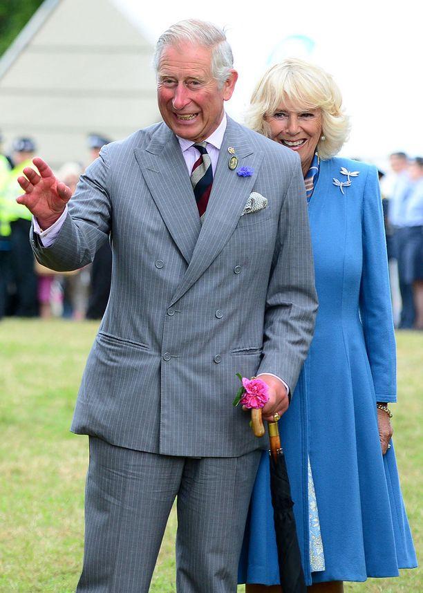 Charles oli napannut käteensä kukan.