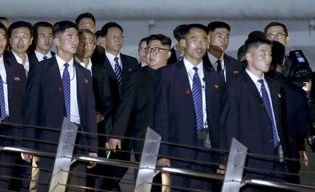 Pohjois-Korean johtajan Kim Jong-unin turvamiehet muodostavat tämän ympärille tiiviin piirin.