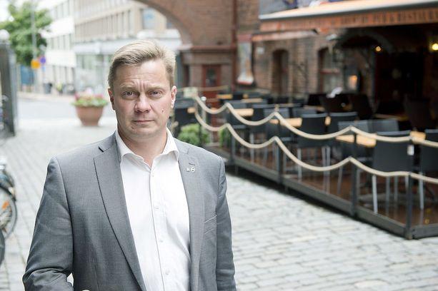 """Pertti Hakasen mukaan lomituspalveluilla on merkittävä vaikutus tuottajien hyvinvointiin """"historiallisen syvässä talousahdingossa""""."""