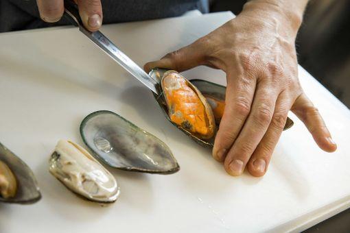 Simpukka on helpompi syödä, kun irrotat sen jo valmistusvaiheessa. Irrota simpukan liha leikkaamalla se ohuella veitsellä varovasti kuoren ja lihan välistä.