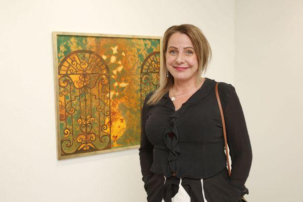 Susan Ruusunen taidenäyttelyn avajaisissa vuosi sitten.