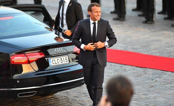 Emmanuel Macron saapui keskiviikkoiltana Suomeen. Kuva Presidentinlinnan ulkopuolelta.