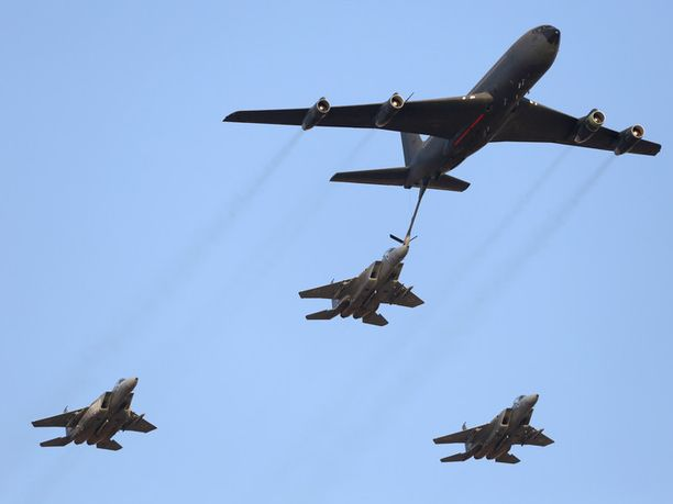 Tukitoiminto. Ilmatankkaus pidentää muuten sangen janoisten hävittäjäkoneiden toiminta-aikaa ja -matkaa, mutta lentäjille tilanne voi muuttua sangen epämukavaksi monellakin tavalla. KC-135 Stratotanker -tankkauskone ja Israelin ilmavoimien F-15I -hävittäjäkalustoa Hatzerimin lentotukikohdassa Beershevassa kesäkuussa 2013.