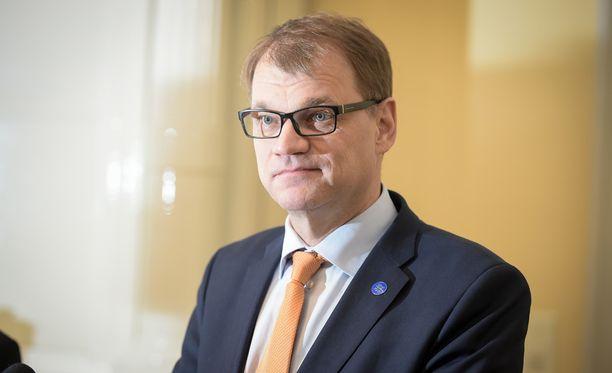 Pääministeri Juha Sipilä (kesk) antaa ilmoituksen lainvalmistelun ongelmista ensi vuonna.