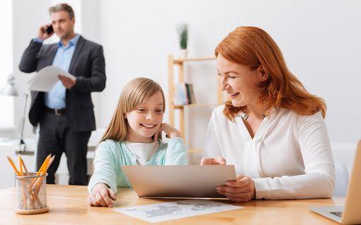 """Saako lapsen tai lemmikin ottaa työpaikalle, jos ei ole hoitajaa? Lakimies: """"Vaimot ja rakastajattaret samassa asemassa"""""""