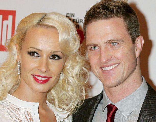 Hymyilevä Ralf Schumacher osallistui vaimonsa Coran kanssa hyväntekeväisyystapahtumaan joulun alla.