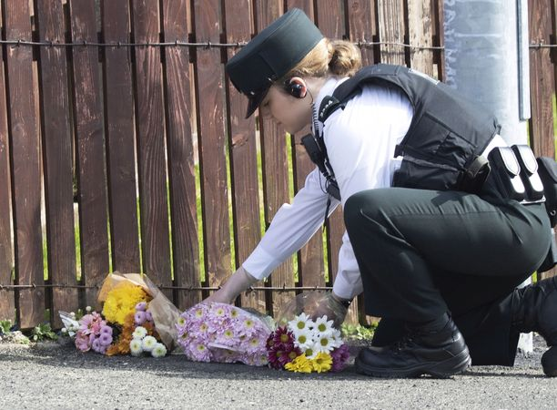 Poliisi laski perjantaina kukkia paikalle, jossa toimittaja Lyra McKee sai surmansa.