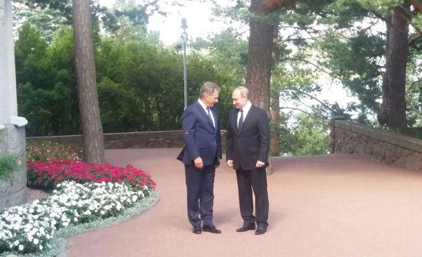 Putin nauratti Niinistöä heti kättelyssä.
