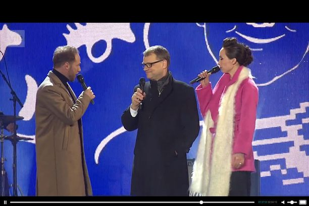 Lorenz ja Nina Backman haastattelivat pääministeri Juha Sipilää pikaisesti Kansalaistorin lavalla. Sipilä sai buuaukset yleisöltä.