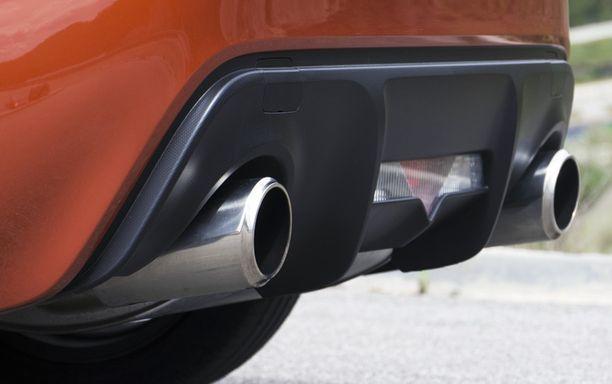 Nelisylinterisen boxer-moottorin tuplaputket paukkuvat raa'asti takana ilman turbon apuakin.