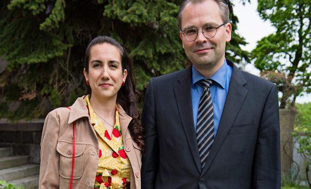 Puolustusministeri Jussi Niinistö yhdessä Leena Sharman kanssa kuningatar Elisabethin kunniaksi järjestetyissä puutarhajuhlissa. Kuva kesäkuun alusta.