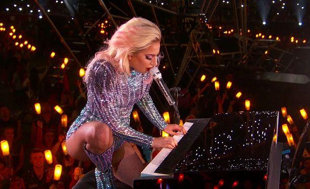 Lady Gagan Super Bowl -esitys kerää kehuja somessa.