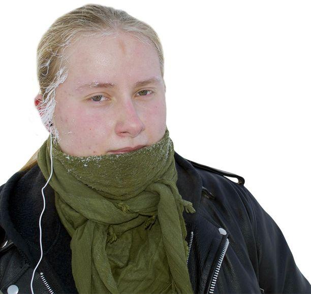 KORVAT JÄÄSSÄ? Äänekoskellä lukion ensimmäistä luokkaa käyvä Petteri Myyryläinen kulkee ilman pipoa läpi talven. Hän vakuuttaa, että pitkä tukka lämmittää. Korvanlehdet ovat tosin paleltuneet monta kertaa.