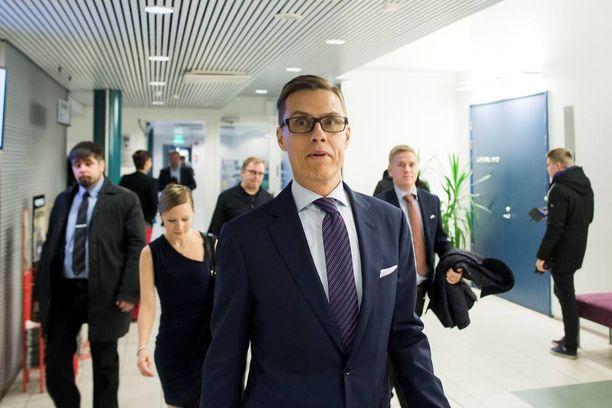 Valtiovarainministeri Alexander Stubb sai kolajuomaa päällensä vieraillessaan Tampereella marraskuun lopussa. Ennen kahvilassa tapahtunutta välikohtausta useat opiskelijat osoittivat mieltään keskeyttämällä Stubbin puheen Tampereen yliopistolla järjestetyssä tilaisuudessa.