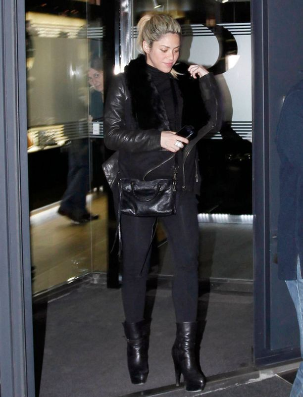 Shakira kuvattiin barcelonalaisen jalokivikaupan edustalla tapaninpäivänä.