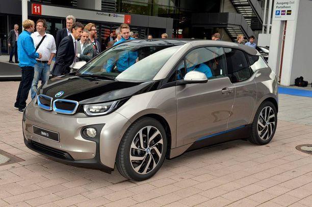 """BMW i3 ajeli messualueen """"shuttlena"""" Frankfurtin lehdistöpäivinä jo vuonna 2013. Nyt vihdoin Suomessa."""