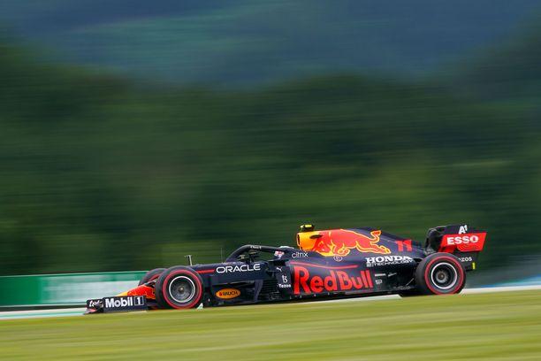 Max Verstappen on iskussa Red Bullin kotiradalla.