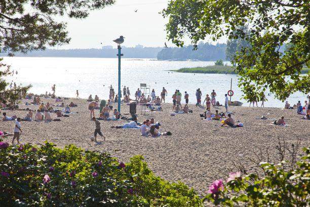 Perjantaina lämpömittari voi nousta jopa 30 asteeseen. Kuvituskuvaa Hietaniemen uimarannasta Helsingistä.