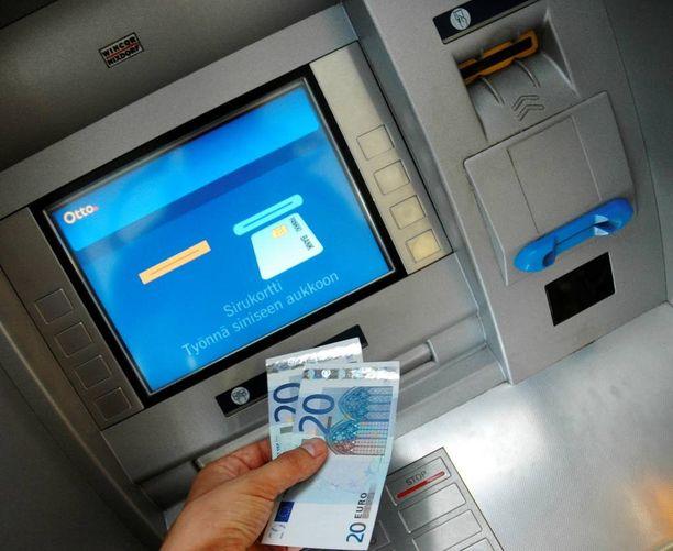 """Bulgarialaiset pyrkivät esiintymään tavallisina pankkiasiakkaina. Toinen heistä vilautti jopa """"nostamiaan"""" seteleitä jonossa oleville. Kuvituskuva."""