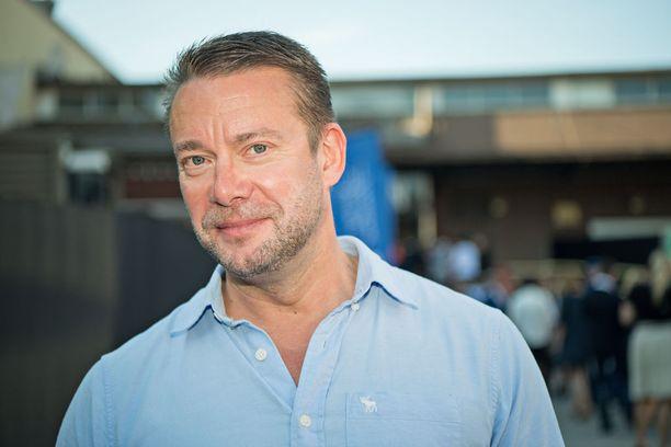 Ex-ministeri Stefan Wallin (r) oli jäädä ilman korotettua kulukorvausta erikoisen asumisjärjestelynsä takia. Eduskunta muutti ohjeitaan Wallinin vaatimuksesta, Wallin hyötyi 30 000 euroa.