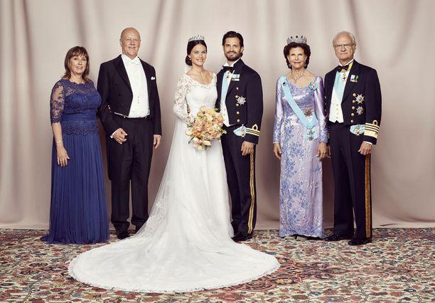 Ja taas mennään. Nyt rinnalla hääparin vanhemmat. Oikealla kuningaspari, vasemmalla Marie ja Erik Hellqvist.