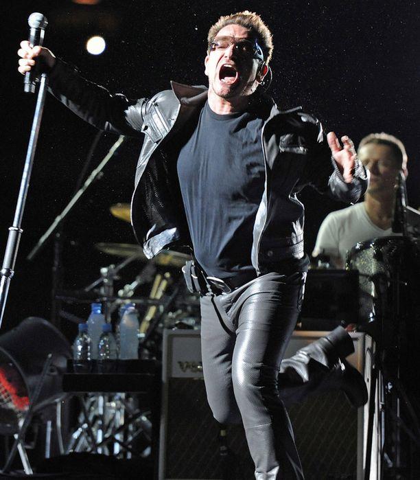 U2:n kiertue vaarantui Bonon loukattua selkänsä. Laulaja pääsi kuitenkin lavalle elokuun 6. päivänä Italiassa.