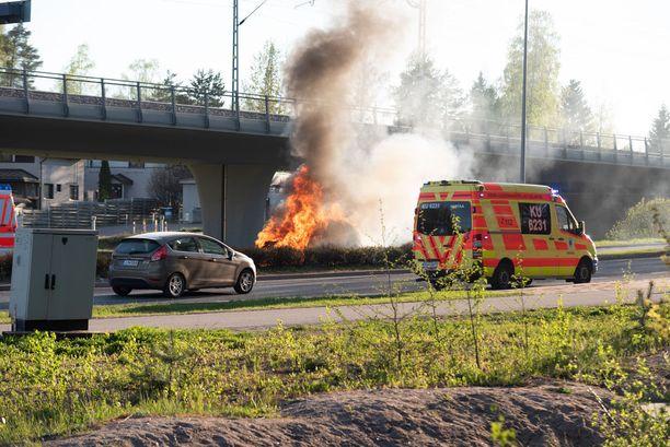 Kun palomiehet saapuivat paikalle, oli ajoneuvo ilmiliekeissä - ambulanssin henkilökunnan toimista huolimatta.
